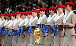 """Dàn mỹ nhân đứng trao huy chương World Cup có """"giá"""" 100 triệu USD"""