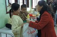 Trao 150 suất quà tết đến các bệnh nhi nghèo Bệnh viện Nhi trung ương