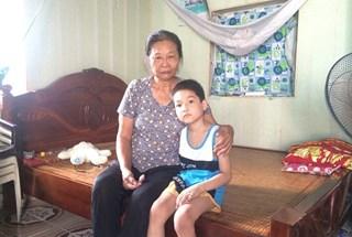 UT6: Xót xa bà nội già lóc cóc chăm cháu mồ côi bị ung thư