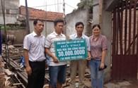 CĐ Giấy và Bột giấy Việt Nam và CĐ Văn phòng phẩm Hồng Hà hỗ trợ 45 triệu đồng, giúp công nhân xây dựng mái ấm công đoàn
