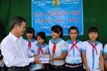 """""""Chương trình cùng em đến trường"""" tiếp sức trẻ em vùng hạn hán ở tỉnh Ninh Thuận"""