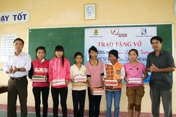 """6.000 cuốn vở """"tiếp sức"""" học sinh nghèo có nguy cơ bỏ học ở Phú Yên"""