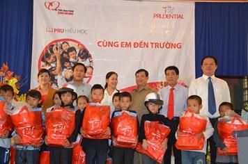 Prudential Việt Nam tặng 50 suất quà, tiếp sức học sinh nghèo Tả Phời đầu năm học
