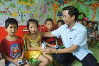 Quỹ Tấm Lòng Vàng tặng vở viết và sữa TH true MILK tới học sinh tỉnh Bắc Giang