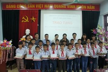 Tặng quà 100 học sinh vượt khó học giỏi tỉnh Bắc Ninh