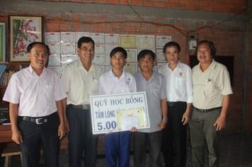 Trao học bổng Tấm lòng vàng cho học sinh nghèo hiếu học tại Tiền Giang