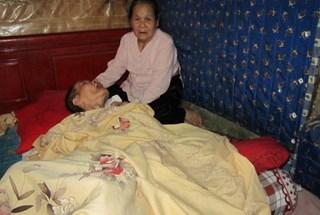 """Trao quà trị giá hơn 60 triệu đồng đến """"cụ bà 82 tuổi bán trà đá nuôi con bại liệt và cháu học đại học"""""""