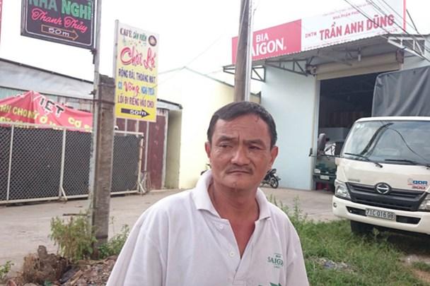 Ông Nguyễn Văn Hùng bên phần đất được cấp cho ông Trần Văn Truyền.