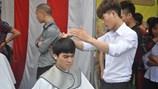 Công nhân hào hứng đi cắt tóc miễn phí