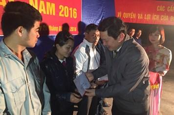 Chương trình Tết sum vầy 2016: Hơn 100 phần quà và vé xe đã đến với công nhân nghèo huyện Lục Yên