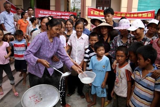 Sau khi tổ chức nấu cháo, người dân tổ chức ăn cháo tại trụ sở UBND xã Liên Hiệp