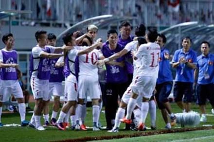 Trực tiếp ĐT Indonesia 2-1 Việt Nam: Boaz Solossa đưa Indonesia vượt lên dẫn trước trên chấm 11m