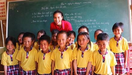 Hoa hậu Phạm Hương lên núi dạy chữ cho trẻ em dân tộc