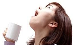 Sai lầm nghiêm trọng khi súc miệng nước muối kiểu này