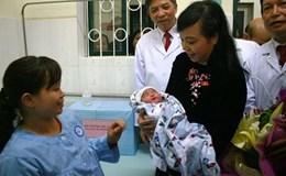 Em bé đầu tiên sinh ra bằng phương pháp mang thai hộ đứng đầu top 10 sự kiện y tế 2016