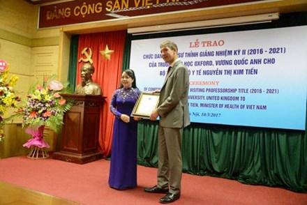 Bộ trưởng Nguyễn Thị Kim Tiến nhận bằng Giáo sư thỉnh giảng Đại học Oxford