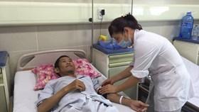 Ngỡ ngàng người đàn ông có thể đi lại bình thường sau nhiều tháng bị liệt