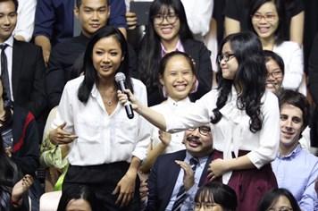 Tổng thống Obama ngẫu hứng beatbox trước khi yêu cầu Suboi hát rap