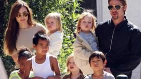 Cứu vãn hôn nhân, Angelina Jolie và Brad Pitt nhận thêm con nuôi