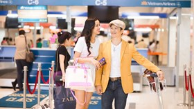 Bắt gặp vợ chồng Bebe Phạm – Dustin Nguyễn tình tứ ở sân bay