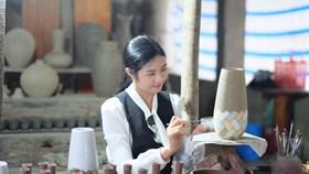 Hoa hậu Ngọc Hân thích thú thăm làng gốm 500 tuổi tại Huế