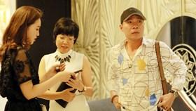 Công Lý và bạn gái mới vui vẻ gặp gỡ Thảo Vân ở đám cưới MC Thành Trung