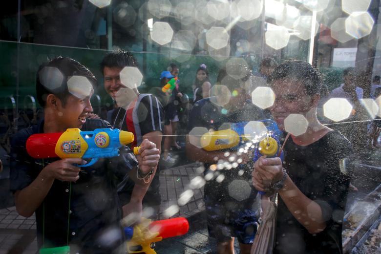 Sôi động tết té nước Songkran Thái Lan