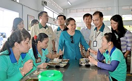 Hoan Hô: Khi cán bộ công đoàn ăn cơm cùng công nhân