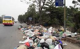 Chuyển giao đơn vị xử lý rác sinh hoạt ở Hà Nội: Đường bỗng... ngập rác