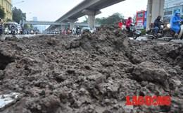 Hà Nội: Người dân đội mưa, lội bùn trên đường Nguyễn Trãi