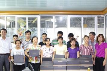 LĐLĐ TP. Hải Phòng: Tặng giày cho công nhân có hoàn cảnh khó khăn