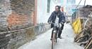 Chuyện khó tin về người đàn ông mù biết đi xe đạp và có… 10 vợ