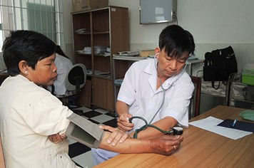 Ở nơi bác sĩ đưa phong bì cho... bệnh nhân