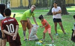 """""""Ông tây dọn rác"""" hạnh phúc khi làm giáo viên ở Việt Nam"""