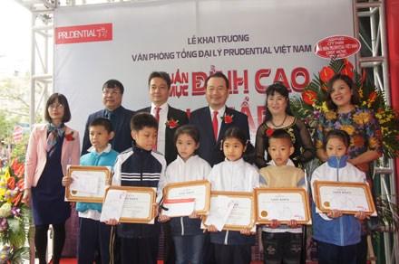 Bảo hiểm Prudential trao 20 suất học bổng nhân dịp khai trương văn phòng mới ở Hà Nội.
