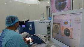 Những bệnh nhân đầu tiên được mổ khúc xạ không chạm vào mắt
