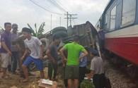 Băng qua đường tàu, xe tải bị tàu hỏa đâm lật ngửa