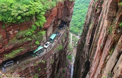 Rùng mình với đường hầm đặc biệt xuyên qua núi đá