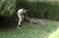 Hãi hùng cảnh nữ du khách liều mạng đối mặt với con cá sấu hung dữ