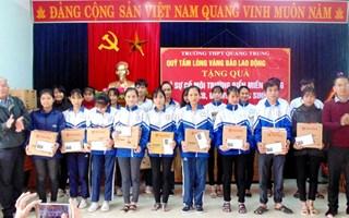 Quảng Bình: Quỹ Tấm Lòng Vàng Lao Động trao hỗ trợ giáo viên và học sinh vùng biển