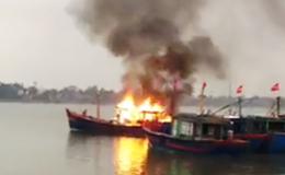 Tàu cá của ngư dân bốc cháy dữ dội trên sông Nhật Lệ