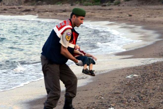 Ảnh bé trai 3 tuổi Syria chết đuối và thông điệp đau lòng gửi đi toàn thế giới