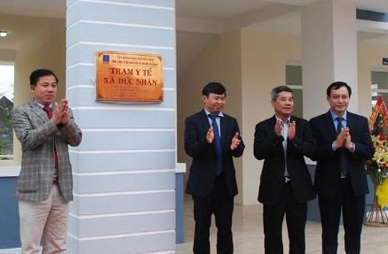 Ban lãnh đạo Tập đoàn Dầu khí Việt Nam, ban lãnh đạo TCty PV Trans và lãnh đạo xã Đức Nhân cắt băng khánh thành trạm y tế. Ảnh: PV Trans