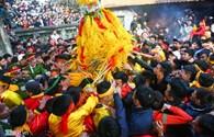 Hàng trăm người cướp lộc hoa tre náo loạn tại hội Gióng