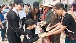 Hồ Ngọc Hà, hoa hậu Ngọc Hân lội nước trao quà cho người dân miền Trung