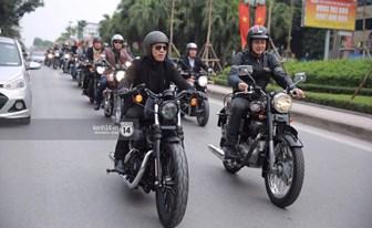 MC Anh Tuấn gây xúc động khi chạy xe của Trần Lập dẫn đoàn diễu hành trên phố
