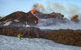 Hai người đàn ông liều lĩnh trượt tuyết cạnh núi lửa phun dung nham đỏ rực