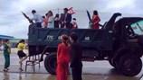 NÓNG 24H: Độc đáo màn vượt lũ rước dâu bằng... xe ben