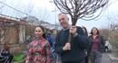 Đại sứ Mỹ đi dạo chợ hoa Quảng An, sắm cành đào chơi Tết