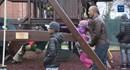 Video: Vợ chồng Obama mang xích đu từ Nhà Trắng tặng trẻ vô gia cư